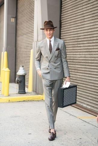 Combinar un traje de rayas verticales gris: Empareja un traje de rayas verticales gris junto a una camisa de vestir blanca para rebosar clase y sofisticación. Mocasín de cuero morado oscuro son una opción estupenda para completar este atuendo.