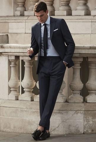 Outfits hombres: Emparejar un traje negro con una camisa de vestir blanca es una opción práctica para una apariencia clásica y refinada. Para darle un toque relax a tu outfit utiliza mocasín de cuero negro.
