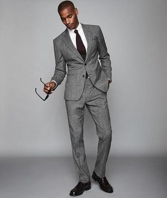 Combinar un pañuelo de bolsillo azul marino: Utiliza un traje de tartán gris y un pañuelo de bolsillo azul marino para lidiar sin esfuerzo con lo que sea que te traiga el día. Con el calzado, sé más clásico y opta por un par de mocasín de cuero morado oscuro.