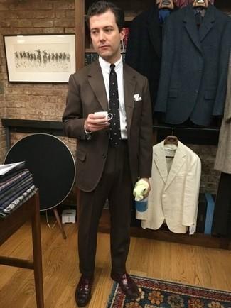 Combinar un mocasín de cuero burdeos: Equípate un traje en marrón oscuro con una camisa de vestir blanca para una apariencia clásica y elegante. ¿Quieres elegir un zapato informal? Elige un par de mocasín de cuero burdeos para el día.