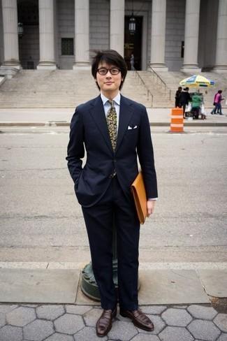Combinar una corbata estampada verde oliva: Empareja un traje azul marino junto a una corbata estampada verde oliva para un perfil clásico y refinado. Para el calzado ve por el camino informal con mocasín de cuero en marrón oscuro.