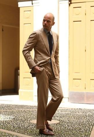 Combinar una camisa de vestir gris: Empareja una camisa de vestir gris junto a un traje marrón claro para un perfil clásico y refinado. Si no quieres vestir totalmente formal, usa un par de mocasín de cuero marrón.