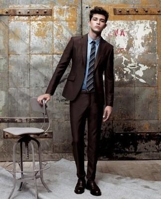 Combinar unos calcetines en marrón oscuro: Ponte un traje en marrón oscuro y unos calcetines en marrón oscuro para una vestimenta cómoda que queda muy bien junta. ¿Te sientes valiente? Usa un par de mocasín de cuero en marrón oscuro.