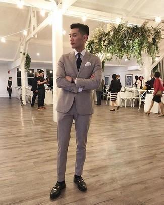 Combinar una corbata negra: Empareja un traje marrón claro con una corbata negra para rebosar clase y sofisticación. Si no quieres vestir totalmente formal, usa un par de mocasín de cuero negro.
