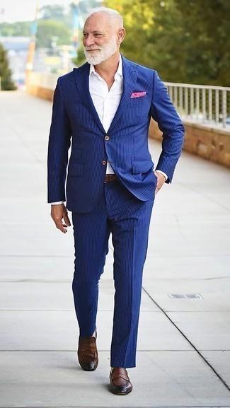 Outfits hombres: Emparejar un traje de rayas verticales azul con una camisa de vestir blanca es una opción práctica para una apariencia clásica y refinada. Mocasín de cuero marrón darán un toque desenfadado al conjunto.