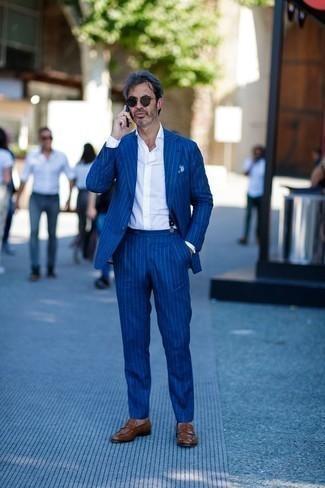 Combinar unos tirantes azul marino: Opta por un traje de rayas verticales azul y unos tirantes azul marino para una apariencia fácil de vestir para todos los días. Agrega mocasín de cuero marrón a tu apariencia para un mejor estilo al instante.