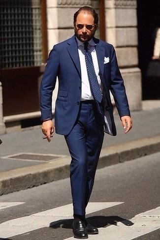 Combinar un mocasín de cuero negro: Utiliza un traje azul marino y una camisa de vestir blanca para un perfil clásico y refinado. ¿Quieres elegir un zapato informal? Elige un par de mocasín de cuero negro para el día.