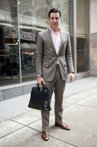 Combinar una correa de cuero marrón claro: Equípate un traje gris con una correa de cuero marrón claro para un look diario sin parecer demasiado arreglada. Mocasín de cuero marrón proporcionarán una estética clásica al conjunto.