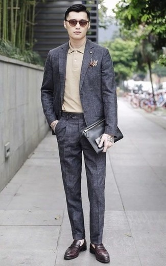 Combinar un mocasín de cuero burdeos: Haz de un traje en gris oscuro y una camisa polo en beige tu atuendo para crear un estilo informal elegante. Dale un toque de elegancia a tu atuendo con un par de mocasín de cuero burdeos.
