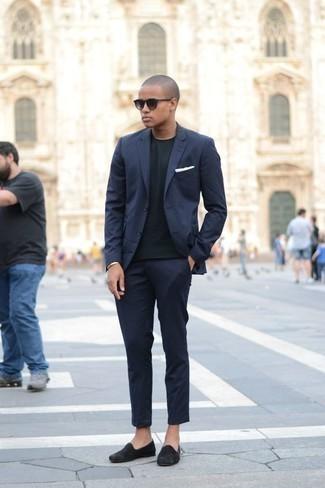 Combinar una pulsera dorada: Considera emparejar un traje azul marino con una pulsera dorada para conseguir una apariencia relajada pero elegante. ¿Te sientes ingenioso? Dale el toque final a tu atuendo con mocasín de ante negro.