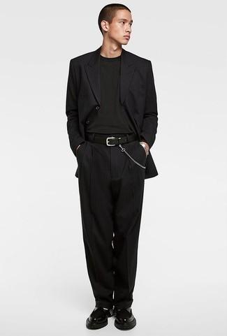 Combinar una pulsera: Intenta ponerse un traje de rayas verticales negro y una pulsera para conseguir una apariencia relajada pero elegante. Opta por un par de mocasín de cuero grueso negro para mostrar tu inteligencia sartorial.