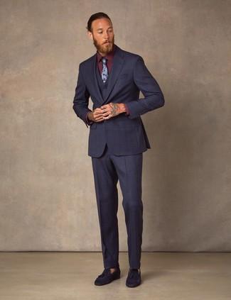 Outfits hombres: Considera emparejar un traje de tres piezas azul marino con una camisa de vestir burdeos para un perfil clásico y refinado. Si no quieres vestir totalmente formal, haz mocasín con borlas de ante azul marino tu calzado.
