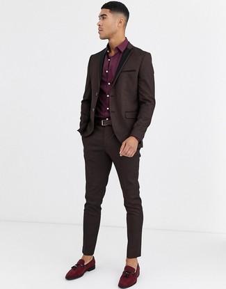 Cómo combinar: correa de cuero en marrón oscuro, mocasín con borlas de ante burdeos, camisa de vestir burdeos, traje de brocado en marrón oscuro