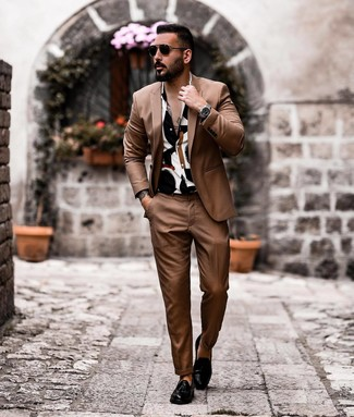 Cómo combinar: gafas de sol negras, mocasín con borlas de cuero negro, camisa de manga corta estampada en blanco y negro, traje marrón