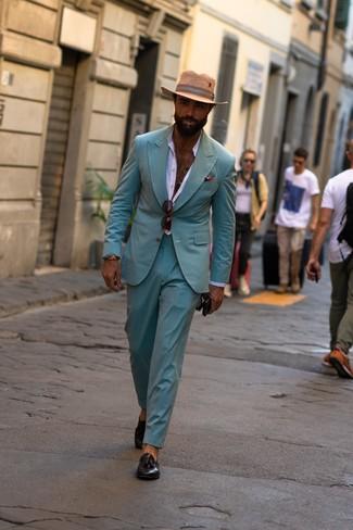 Cómo combinar: sombrero de paja marrón claro, mocasín con borlas de cuero negro, camisa de manga larga blanca, traje en verde menta