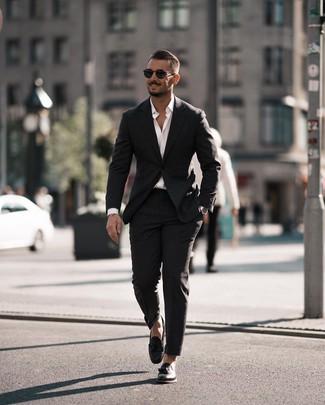 Cómo combinar: gafas de sol negras, mocasín con borlas de cuero negro, camisa de manga larga blanca, traje negro