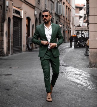 Combinar un traje verde oscuro: Opta por un traje verde oscuro y una camisa de manga larga blanca para un perfil clásico y refinado. Mocasín con borlas de ante marrón son una opción atractiva para complementar tu atuendo.