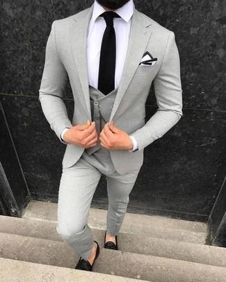 Combinar un traje de tres piezas gris: Considera emparejar un traje de tres piezas gris con una camisa de vestir blanca para un perfil clásico y refinado. ¿Quieres elegir un zapato informal? Haz mocasín con borlas de cuero negro tu calzado para el día.