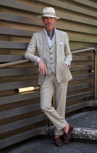 Combinar un traje de tres piezas gris: Utiliza un traje de tres piezas gris y una camisa de vestir blanca para un perfil clásico y refinado. ¿Quieres elegir un zapato informal? Completa tu atuendo con mocasín con borlas de cuero tejido en marrón oscuro para el día.