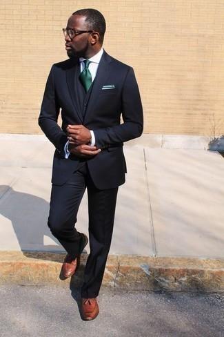Outfits hombres: Opta por un traje de tres piezas azul marino y una camisa de vestir blanca para una apariencia clásica y elegante. Haz este look más informal con mocasín con borlas de cuero en tabaco.