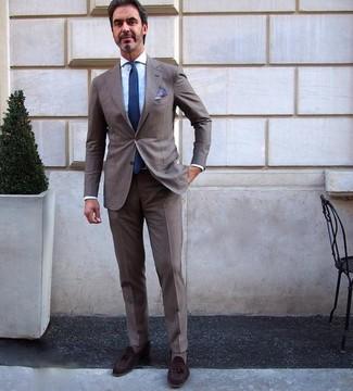 Cómo combinar: corbata azul marino, mocasín con borlas de ante en marrón oscuro, camisa de vestir celeste, traje marrón