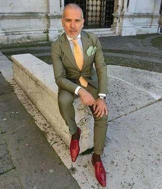 Cómo combinar: corbata amarilla, mocasín con borlas de cuero rojo, camisa de vestir blanca, traje verde oliva