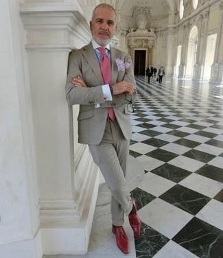 Cómo combinar: corbata rosada, mocasín con borlas de cuero rojo, camisa de vestir celeste, traje gris