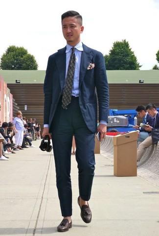 Cómo combinar: corbata estampada verde oliva, mocasín con borlas de cuero en marrón oscuro, camisa de vestir celeste, traje negro