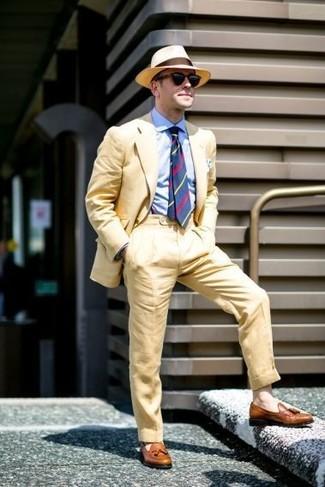 Cómo combinar: sombrero de paja marrón claro, mocasín con borlas de cuero marrón, camisa de vestir celeste, traje amarillo
