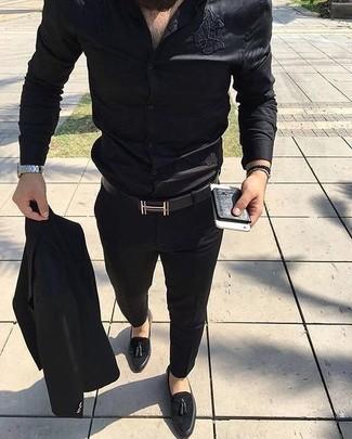 Cómo combinar: correa de cuero negra, mocasín con borlas de ante negro, camisa de vestir de seda negra, traje negro