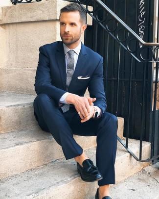 Cómo combinar: corbata de tartán gris, mocasín con borlas de cuero negro, camisa de vestir blanca, traje azul marino
