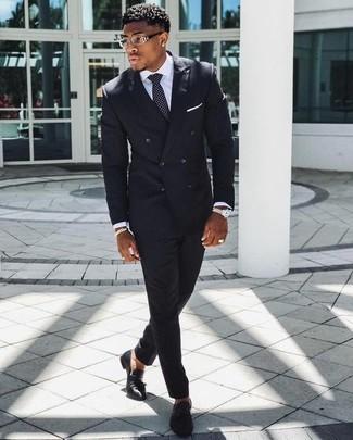 Cómo combinar: corbata a lunares en negro y blanco, mocasín con borlas de cuero negro, camisa de vestir blanca, traje de rayas verticales negro