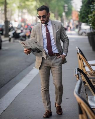 Cómo combinar: corbata a lunares burdeos, mocasín con borlas de cuero en marrón oscuro, camisa de vestir blanca, traje de tartán marrón