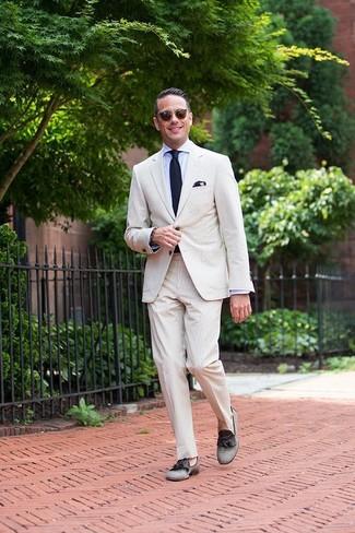 Combinar una corbata de punto azul marino: Opta por un traje de seersucker en beige y una corbata de punto azul marino para rebosar clase y sofisticación. ¿Quieres elegir un zapato informal? Elige un par de mocasín con borlas de lona gris para el día.