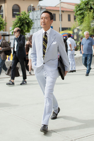 Cómo combinar: portafolio de cuero negro, mocasín con borlas de cuero negro, camisa de vestir blanca, traje de seersucker celeste