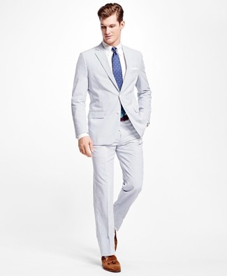 Cómo combinar: corbata a lunares azul, mocasín con borlas de ante marrón, camisa de vestir blanca, traje de seersucker blanco