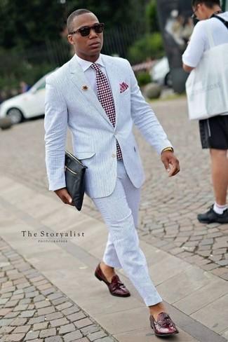 Combinar una corbata a lunares burdeos: Elige un traje de seersucker celeste y una corbata a lunares burdeos para una apariencia clásica y elegante. Si no quieres vestir totalmente formal, opta por un par de mocasín con borlas de cuero burdeos.
