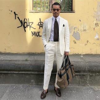 Cómo combinar: bolsa de viaje de lona marrón, mocasín con borlas de cuero en marrón oscuro, camisa de vestir de rayas verticales blanca, traje de lino blanco