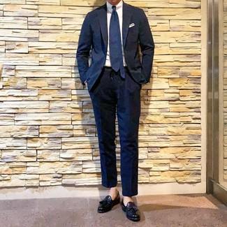 Cómo combinar: corbata azul marino, mocasín con borlas de cuero negro, camisa de vestir blanca, traje azul marino