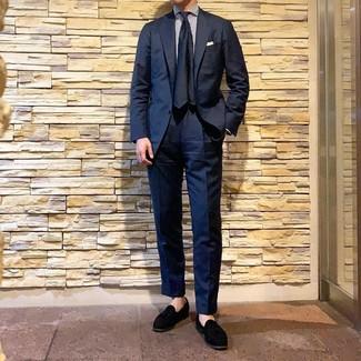 Cómo combinar: corbata de seda azul marino, mocasín con borlas de ante negro, camisa de vestir de rayas verticales en blanco y azul marino, traje azul marino
