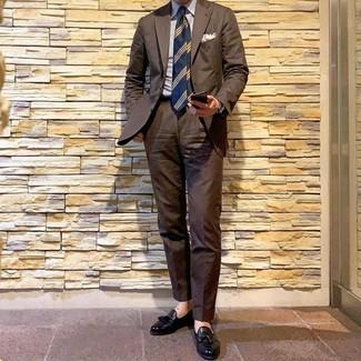 Cómo combinar: corbata de rayas horizontales azul marino, mocasín con borlas de cuero negro, camisa de vestir de rayas verticales en blanco y azul, traje marrón