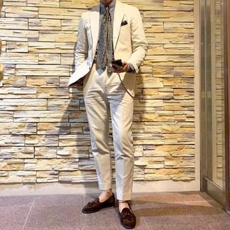 Cómo combinar: corbata estampada verde oliva, mocasín con borlas de ante marrón, camisa de vestir de rayas verticales blanca, traje en beige