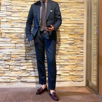 Cómo combinar: corbata a lunares en marrón oscuro, mocasín con borlas de cuero burdeos, camisa de vestir de rayas verticales blanca, traje azul marino