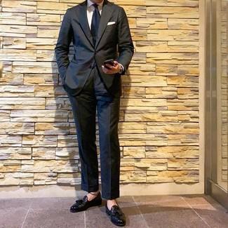 Cómo combinar: corbata azul marino, mocasín con borlas de cuero negro, camisa de vestir blanca, traje negro