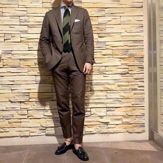 Cómo combinar: corbata de rayas horizontales verde oscuro, mocasín con borlas de cuero negro, camisa de vestir de rayas verticales en blanco y azul marino, traje en marrón oscuro