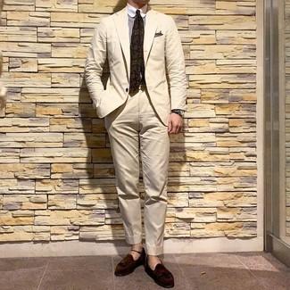 Look de moda: Corbata estampada verde oliva, Mocasín con borlas de ante en marrón oscuro, Camisa de vestir de rayas verticales en blanco y marrón, Traje en beige