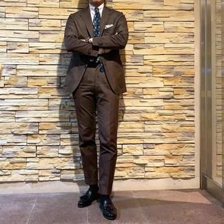 Cómo combinar: corbata estampada en verde azulado, mocasín con borlas de cuero negro, camisa de vestir blanca, traje marrón