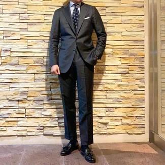 Cómo combinar: corbata estampada azul marino, mocasín con borlas de cuero negro, camisa de vestir de rayas verticales blanca, traje en gris oscuro