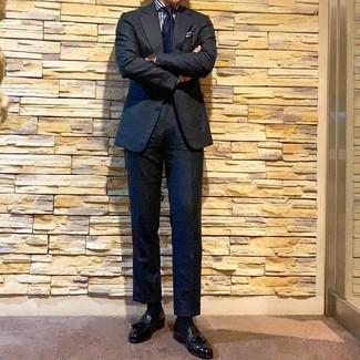 Cómo combinar: corbata azul marino, mocasín con borlas de cuero negro, camisa de vestir de rayas verticales en blanco y azul marino, traje negro