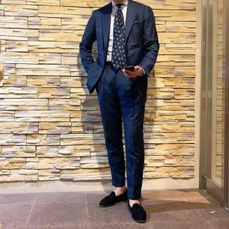 Cómo combinar: corbata estampada azul marino, mocasín con borlas de ante negro, camisa de vestir de rayas verticales blanca, traje azul marino
